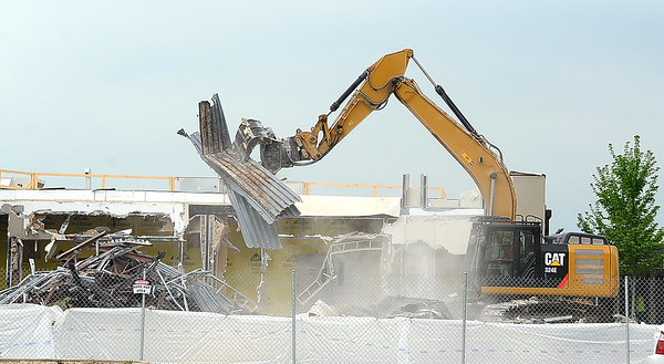 Workers from AT Industries on Tuesday continue demolition of the old temporary Mercy Hospital in preparation for the construction of the new Kansas City University of Medicine and Bioscience.<br /> Globe | Laurie Sisk