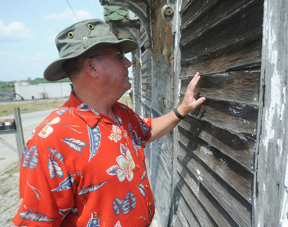 Globe/Roger Nomer<br /> Galena Mayor Dale Oglesby examines the exterior of the Steffleback house along Main Street.