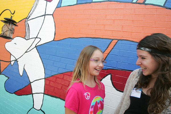 Globe/Roger Nomer<br /> On Thursday, Brooke LeMasters, director of visual content for ArtFeeds, talks with Haley Bresee, 3rd grader at Jefferson Elementary, in front of the new mural painted by ArtFeeds at the school.