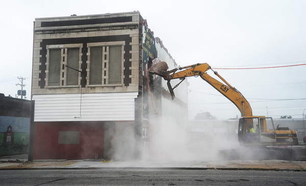 Globe/Roger Nomer<br /> Workers begin demolition of a building in the 900 block of Joplin's Main Street on Monday morning.