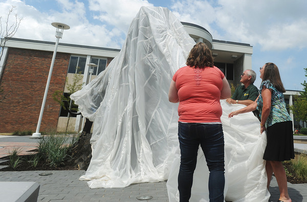 Globe/Roger Nomer<br /> Missouri Southern student Brittany Lampe, Carthage senior and vice president of Student Senate and Bill and Tracy Gipson unveil the Lion Icon statue on Monday.  The Gipsons and the Student Senate helped fund the statue.