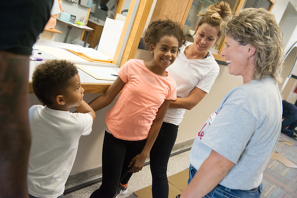 Globe/Roger Nomer<br /> Columbia Elementary Principal Shally Lundien talks with new students Deshun, kindergarten, and Alexi, fifth grade, Johnson with their mom Chelsie Sidenstricker on Tuesday.