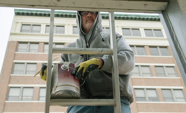 Globe/Roger Nomer<br /> Mark Sweet, with the Jeff Neal Group, paints a building near 4th and Main on Tuesday morning.