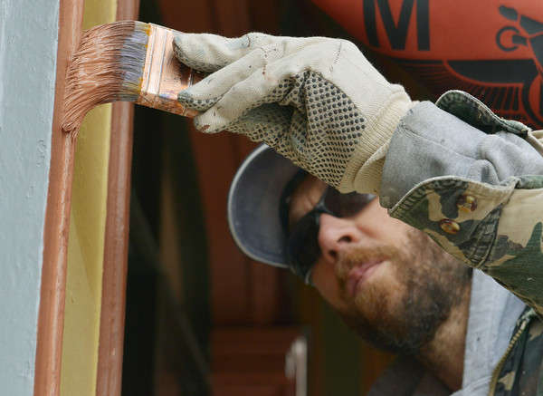 Globe/Roger Nomer<br /> Chris Metoyer, with the Jeff Neal Group, paints a building near Fourth and Main on Tuesday morning.