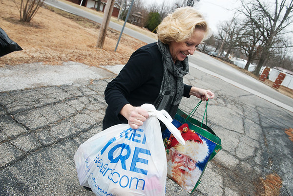 Globe/Roger Nomer<br /> Susan Pumphrey, nurse practioner at the Children's Center, unloads donations from Brandy Corum on Tuesday at the center.