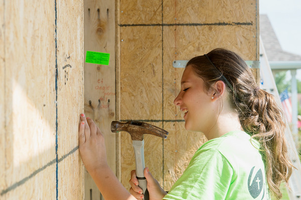 Globe/Roger Nomer<br /> Cassie Stersic, 16, Grand Rapids, Mich., works on a house on Kentucky as she volunteers on Wednesday with World Renew Disaster Response Services.