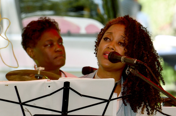 Singer songwriter Roz McCommon, of the Roz Gospel Trio, entertains the crowd on Saturday during Carver Day at the George Washington National Monument.<br /> Globe | Laurie Sisk