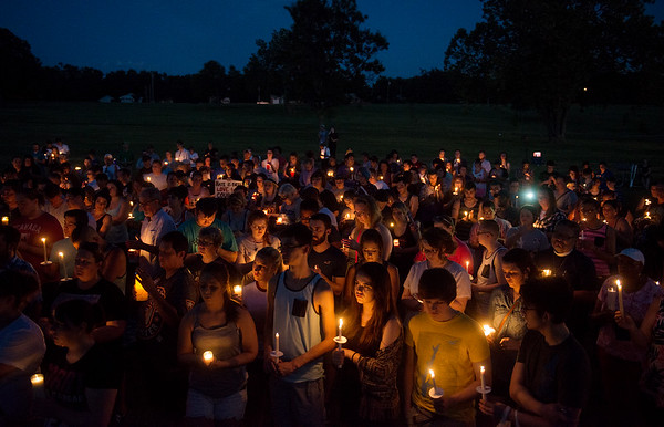 Globe/Roger Nomer<br /> Members of the crowd observe a moment of silence for the 49 victims of the Orlando shooting Thursday evening in Landreth Park.