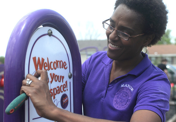 Globe/Roger Nomer<br /> Joplin Mayor Melodee Colbert Kean helps assemble the playground sign at Community Support Services on Friday.