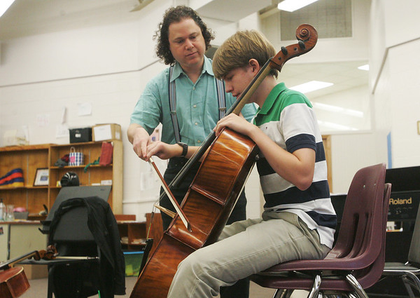 Globe/Roger Nomer<br /> Matt Haimovitz, a professor at McGill University's Schulich School of Music in Montreal, instructs Christian Atteberry, a sophomore at Thomas Jefferson, in a master's class at Joplin High 9-10 Campus on Thursday morning.