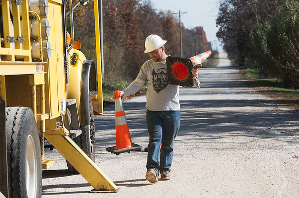 Globe/Roger Nomer<br /> New Mac lineman Brandon Bettels works on lines near Diamond on Wednesday.