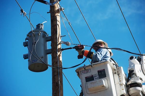 Globe/Roger Nomer<br /> New Mac linemen Brandon Bettels works on lines near Diamond on Wednesday.
