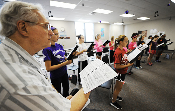 "Globe/T. Rob Brown<br /> Dr. Hubert Bird, left, composer, listens to one of Virginia Darling's eighth-grade music classes at Pittsburg (Kan.) Middle School as they practice a musical piece from Bird's ""The Other Side of Storm"" concert-narrative during Virginia Darling's music class Wednesday afternoon, Sept. 26, 2012."