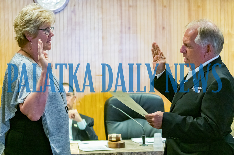Putnam County Clerk of the Court Tim Smith administers the oath of office as Katie Berg is sworn in as the new Crescent City commissioner. Fran Ruchalski/Palatka Daily News