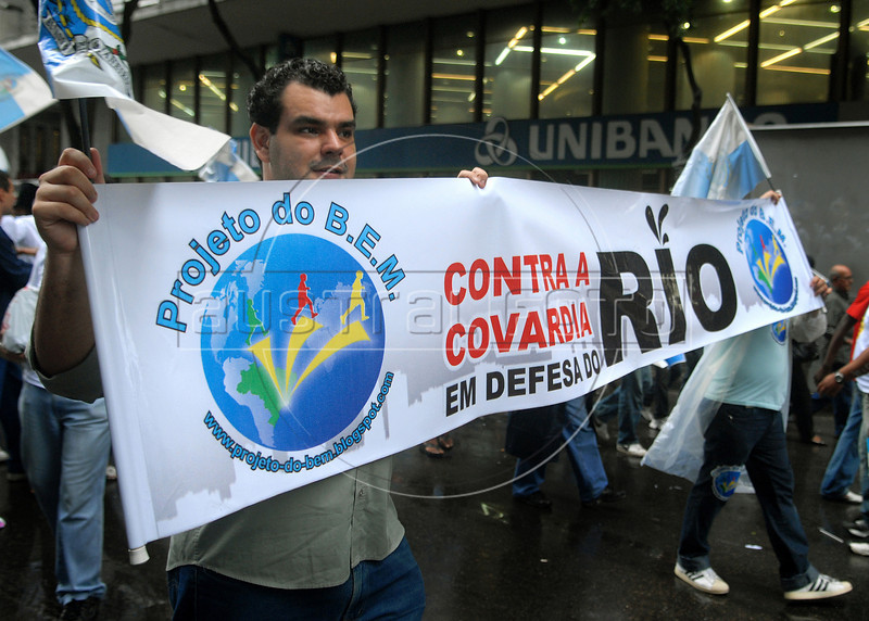 Workers protest in Rio de Janeiro's downtown against an oil reform amendment approved by the lower house of Congress, Rio de Janeiro, Brazil, march 17, 2010. The approval of the amendment last week forcing Rio to share its oil riches with other states could cost the state about 7 billion reais ($4 billion) a year, officials say. State officials say the amendment would mean a cut of about 80 percent in Rio's share of future oil royalties.. (Austral Foto/Renzo Gostoli)