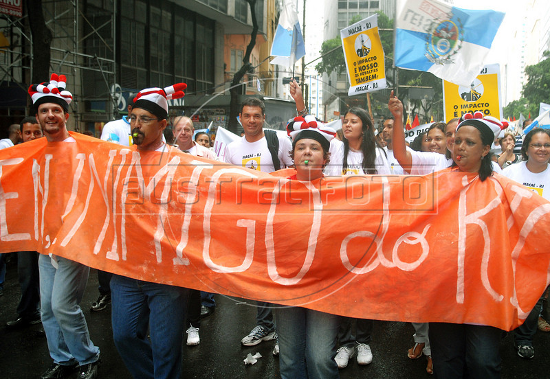 People protests in Rio de Janeiro's downtown against an oil reform amendment approved by the lower house of Congress, Rio de Janeiro, Brazil, march 17, 2010. The approval of the amendment last week forcing Rio to share its oil riches with other states could cost the state about 7 billion reais ($4 billion) a year, officials say. State officials say the amendment would mean a cut of about 80 percent in Rio's share of future oil royalties.. (Austral Foto/Renzo Gostoli)