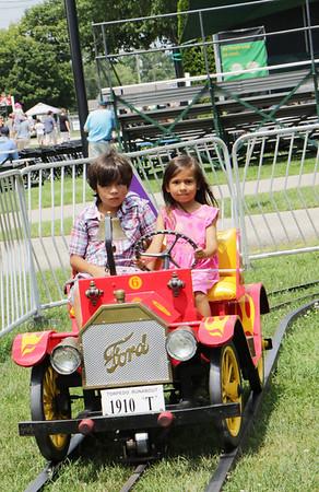 STACEY DIAMOND | THE GOSHEN NEWS<br /> Diego Lara, 7, and Lydia Lara, 4, of St. Louis, Missouri