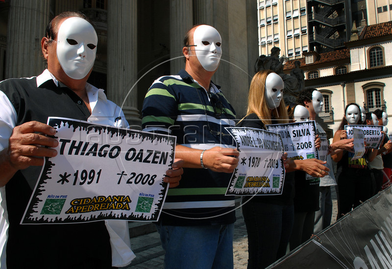 Demonstrators of the 'Rio de Paz' (Rio of Peace) NGO protest in Rio's dowtown against the unsolved crimes in the city, placing on the ground one pebble for each crime, Rio de Janeiro, Brazil, May 11, 2009. Rio de Paz NGO placed 17,000 stones on the ground to represent the victims of violence killed during the past 28 months in the state of Rio, organizers said. (Austral Foto/Renzo Gostoli)