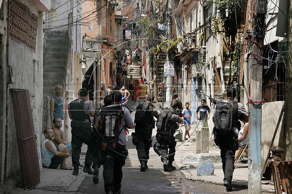 Policemen patrol at Vila Cruzeiro slum, Rio de Janeiro, Brazil, November 25, 2010. Authorities in Rio de Janeiro try to control a fourth day of violence apparently orchestrated by drug gang members who have attacked police stations and burned cars in Rio de Janeiro city as protest by traffickers after being forced from their turf by police occupations of more than a dozen slums in the past two years. (Austral Foto/Christian Rodrigues)