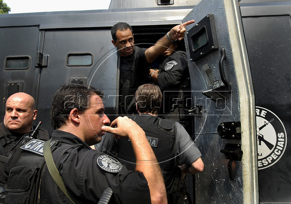 Policemen prepare to participate in an operation at Vila Cruzeiro slum, Rio de Janeiro, Brazil, November 25, 2010. Authorities in Rio de Janeiro try to control a fourth day of violence apparently orchestrated by drug gang members who have attacked police stations and burned cars in Rio de Janeiro city as protest by traffickers after being forced from their turf by police occupations of more than a dozen slums in the past two years.<br /> (Austral Foto/Renzo Gostoli)