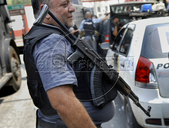 Policeman prepares to participate in an operation at Vila Cruzeiro slum, Rio de Janeiro, Brazil, November 25, 2010. Authorities in Rio de Janeiro try to control a fourth day of violence apparently orchestrated by drug gang members who have attacked police stations and burned cars in Rio de Janeiro city as protest by traffickers after being forced from their turf by police occupations of more than a dozen slums in the past two years.<br /> (Austral Foto/Renzo Gostoli)