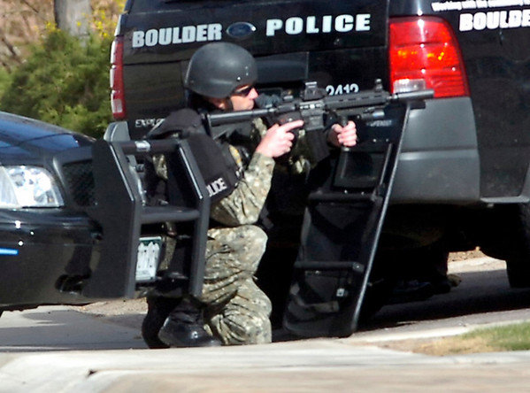 SWAT team members close in on a suspect at a standoff at Boulder Community Hospital on Monday April 4, 2011.<br /> Photo by Paul Aiken