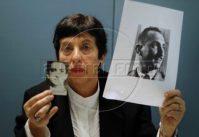 Victoria Grabois, integrant of of Brazilian human rights group 'Tortura nunca mais' shows photos of her father murdered by military forces during dictadure in 70s and 80s, during a press conference at ACIE (Associacao Correspondentes da Imprensa Extrangeira) Association of Foreign Press Correspondents, Rio de Janeiro, Brazil, July 15, 2009.  (Austral Foto/Renzo Gostoli)