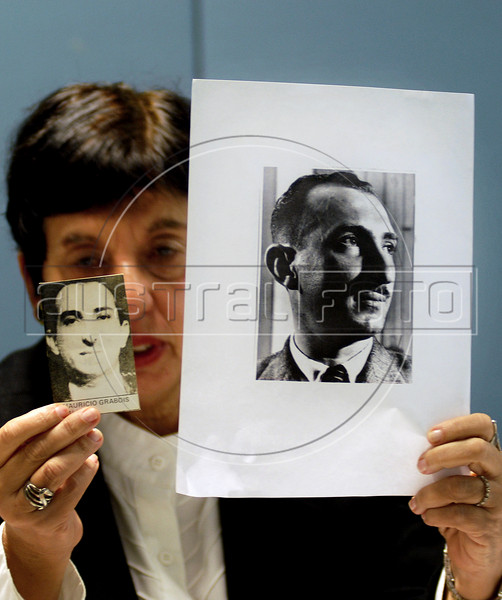 Victoria Grabois, integrant of Brazilian human rights group 'Tortura nunca mais' shows photos of her father murdered by military forces during dictadure in 70s and 80s, during a press conference at ACIE (Associacao Correspondentes da Imprensa Extrangeira) Association of Foreign Press Correspondents, Rio de Janeiro, Brazil, July 15, 2009.  (Austral Foto/Renzo Gostoli)