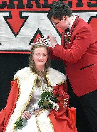Mankato West crowns homecoming queen