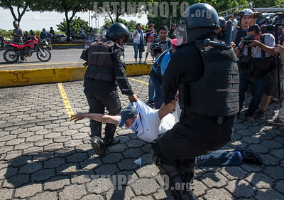 Nicaragua - Managua 14/10/2018 Policia reprimio con lujo de violencia a un grupo de manifestantes que pretendian marchar contra el gobierno durante el violento suceso arrestaron a mas de 30 personas entre mujeres y ancianos - El Aparato represivo del gobierno redujo con represion a los pocos manifestante que se lograron concentrar en camino de oriente / Some protesters were arrested when Nicaraguan police swooped in to break up a meeting of demonstrators gathering for a protest march against the government / Nikaragua : Polizeieinheiten gehen am 14.10.2018 gewaltsam gegen Demonstranten vor © Oscar Enrique Navarrete Aguilar/LATINPHOTO.org