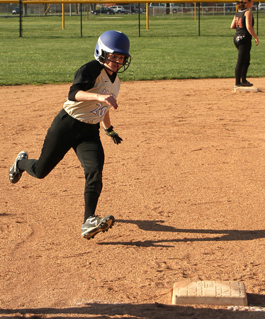 Photo by Chris Martin<br /> Madison Grant's Kennedee Franklin rounds 3rd base against Alexandria Wednesday
