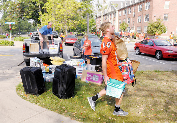 Don Knight/The Herald Bulletin<br /> As students and their parents arrive volunteers help them unload and move into the dorms at Anderson University on Thursday.