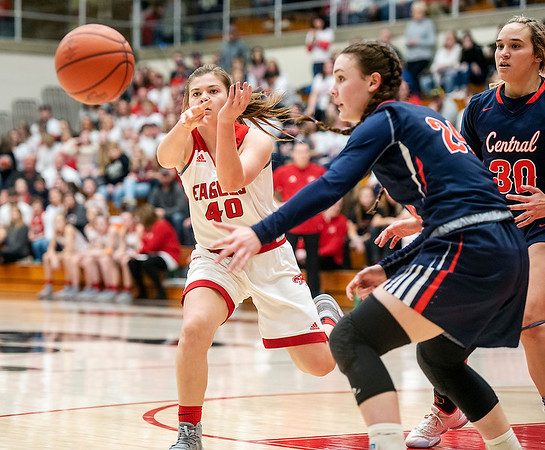 Frankton senior, Grace Alexander passes off the ball during Saturday nights game at the Berry Bowl.