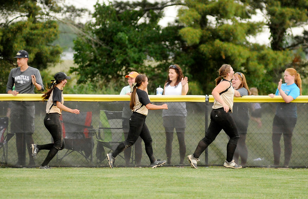 Don Knight   The Herald Bulletin<br /> The Madison-Grant Argylls run a lap of the outfield thanking their fans after they defeated Wapahani to win the regional on Tuesday.