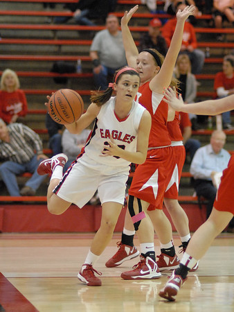 Katie Key looks for a Frankton teammate to pass to.