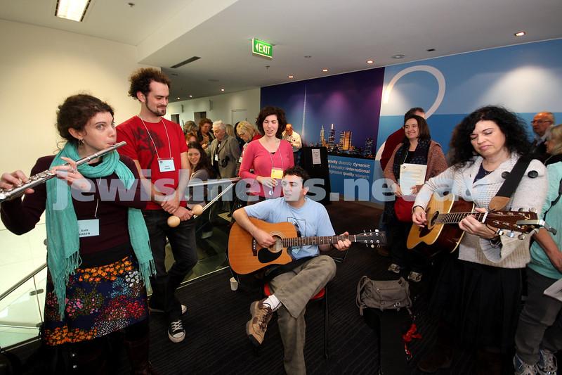 14-6-10. Limmud Oz 2010. Musical entertainment during breaks. Photo: Peter Haskin