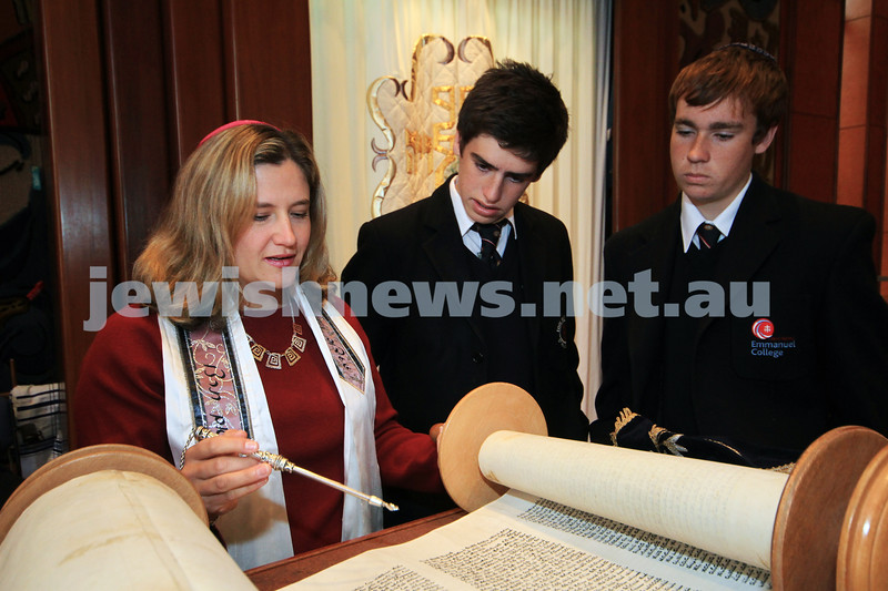 14-9-10. Temple Beth Israel. New associate Rabbi, Rabbi Kim Ettlinger with students from Emmanuele College, Altona North. From left: Rabbi Kim Ettlinger, John Dawson, Nathan Bratby. Photo: Peter Haskin
