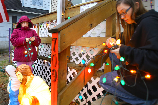 12-20-13   ---  The Connaways at 709 South Apperson Way put up Christmas lights while the weather is conducive. <br />   KT photo | Tim Bath