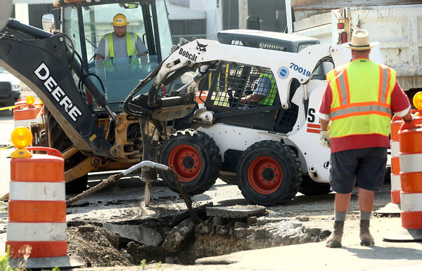 7-6-12<br /> Gas line break<br /> Crews respond to repair a gas line break on Friday morning on W. Elm Street.<br /> KT photo | Kelly Lafferty