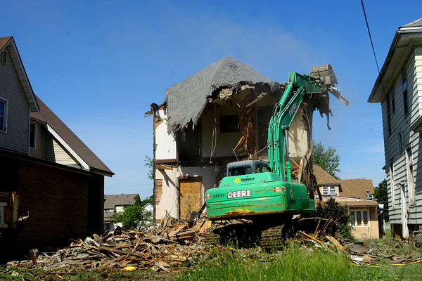 6-5-14   --- Workers demolish one of the houses facing Union Street between Carter and Union to make way for the baseball stadium. --<br />   Tim Bath | Kokomo Tribune