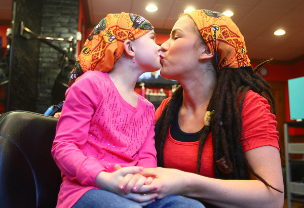 3-29-14<br /> Lindsey Ogle gives her 7-year-old daughter a kiss after she braids her hair at Fade Salon in Kokomo.<br /> KT photo | Kelly Lafferty