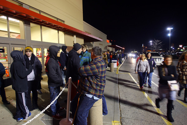11-28-13  --  Shopping begins on Thanksgiving. Customers line up outside of Target for their 8 p.m. opening.<br />   KT photo | Tim Bath