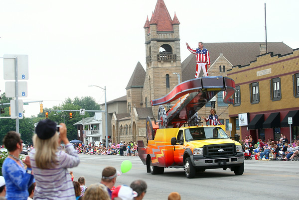 7-19-14<br /> Circus Parade<br /> Human cannonball team Brian and Tina Miser wave to the crowd during Peru's circus parade.<br /> Kelly Lafferty | Kokomo Tribune