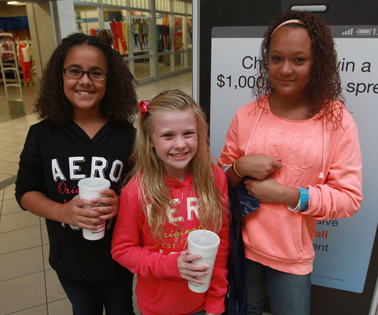 9-22-12<br /> Out and About Markland Mall<br /> Alexis Ferguson, Alyssa Napolitano, Addie Smith<br /> KT photo | Kelly Lafferty