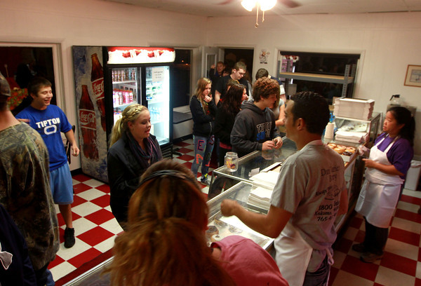 9-22-12<br /> Dan's Donuts at 1 AM<br /> Customers pour through the door of Dan's Donuts at 1 a.m. on Saturday morning.<br /> KT photo | Kelly Lafferty