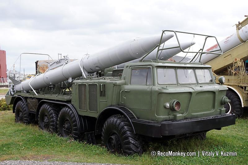 9T29 transporter 9K52 Luna-M
