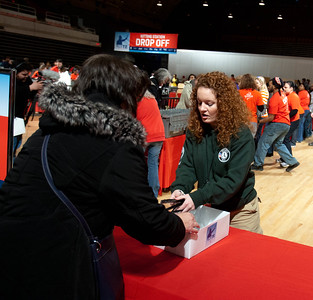 AmeriCorps member serving at the DC Armory - National Day of Service - MLK Day 2013. Corporation for National and Community Service Photo.