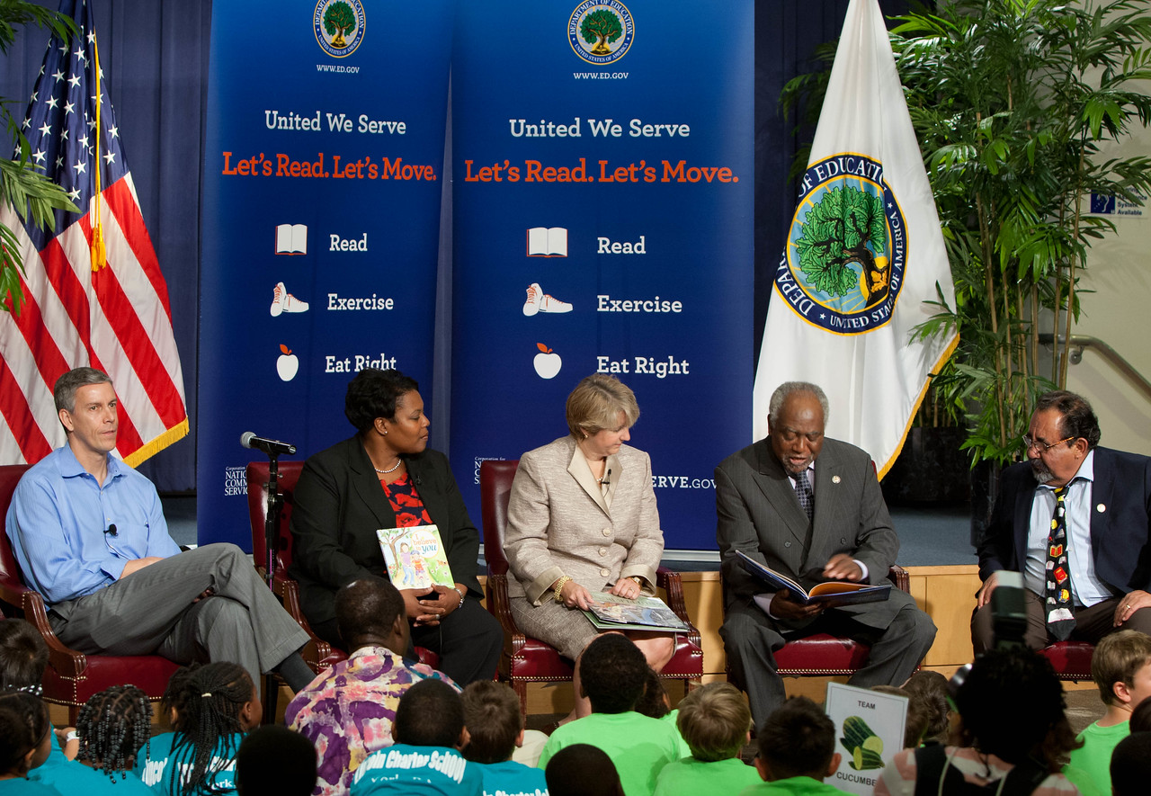 (L-R) Secretary Arne Duncan, Department of Education, Kaya Henderson, Chancellor of DC Public Schools, CNCS CEO, Wendy Spencer, Rep. Danny Davis (IL), Rep. Raul Grijalva (AZ). Corporation for National and Community Service Photo.