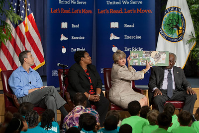 (L-R) Secretary Arne Duncan, Department of Education, Kaya Henderson, Chancellor of DC Public Schools, CNCS CEO, Wendy Spencer, Rep. Danny Davis (IL). Corporation for National and Community Service Photo.