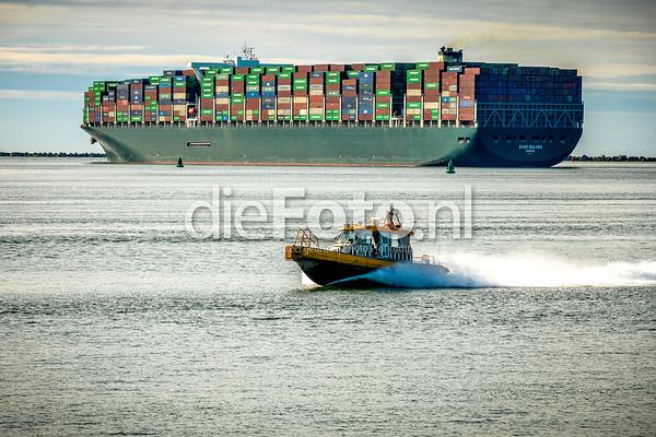 Containerschip vertrekt en KRVE bootje komt aan.